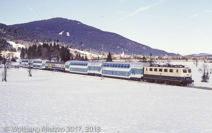 141 382 bei Oberammergau einziger Doppelstockwagen Einsatz, Sonderzug am 04.12.1993