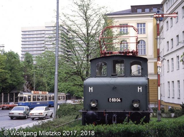 E69 04 beim Bundesbahn Zentralamt in München Arnulfstraße am 30.04.1983
